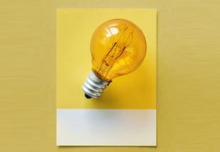 lampadina a fondo giallo