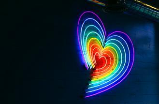 cuore con colori pride